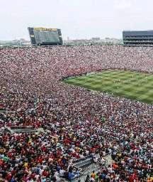 🔻فوتبال فقط اینجوریش فوتباله😉  🔹سال ۲۰۱۴ بازی دوستانه منچستریونایتد و رئال مادرید در میشیگان آمریکا   🔸اونم جایی که مردمش فوتبالی نیستن اما ۱۰۹ هزار نفر خالق این زیبایی بودن😍  🆔 @GizmizTel 💯
