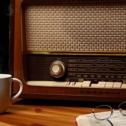 چرا رادیو هنوز هم محبوب است؟  رادیو همواره رسانهای قدرتمند بوده است. این ادعا را معمولاً بهخاطر سهلالوصول بودن برقراری ارتباط و پخش برنامهها و نیز گستردگی غیرقابل قیاس با رقیب سنتیاش تلویزیون مطرح میکنند. بهطور سنتی رادیوهای محلی در امریکا و اروپا بهطور جدیدی و مکرر با مخاطبین خود در تماس هستند و هرروز تعداد زیادی از مخاطبینشان در برنامهها به شکل تلفنی مشارکت میکنند. این مسئله امروز در رادیوهای ملی هم دیده میشود، آنچنانکه در کشورمان شاهد آن هستیم. از این نظر رادیوها اولین نسل از رسانههای تعاملی بهحساب میآیند، رسانهای که کنداکتور برنامههایش بهشدت متأثر از تعامل با مخاطبین است.  فارغ از همه اینها باوجود گسترش رسانههای اجتماعی متنوع، گسترده و تعاملی بازهم رادیو در سراسر جهان محبوبیت خود را حفظ کرده است. دلایلی احتمالی برای این محبوبیت برشمردهاند: ۱.  انسانها عموماً از تغییر فراری هستند و به بسیاری از امور روزمره عادت میکنند. بستر ایجاد تنوع در رادیو بسیار محدود است و مدیومِ انتقال کلام بیش از صدسال است که همان صدای انسانهاست و محتوا هم همان زبان و کلماتی است که میشناسیم. این میلِ انسان به ثبات، رادیو را ویژه کرده است. ۲.  صدا و کلام اموری انسانی هستند که در تخلیهی روانی و احساسی نقش بسیار مؤثری دارند، باعث میشوند انسانها دلبسته صدا و کلام مجریان و برنامههای رادیویی شوند. ۳.  نبود تصویر در انتقال محتوا باعث میشود تا مخاطبین بیشتر بر محتواها تمرکز کنند و از این طریق شیرینی فهم دقیق مسائل مختلف را بیشتر تجربه کنند. رادیوبازها معمولاً انسانهای صبور و وفاداری هستند و مصاحبت با ایشان لذتبخش است؛ رادیو به آنها آموخته که قبل از قضاوت تا پایان حرفها را گوش کنند و بیتوجه به اینکه «چه» کسی در حال «گفتن» است، به «جان کلام» توجه کنند.  بهمناسبت 25 بهمن، روز جهانی رادیو  🌐 https://splus.ir