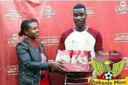 در ادامه جایزه های عجیب و غریب میرسیم به کشور زیمباوه که گویا به بهترین بازیکن زمین باکس ۲۴ تایی آبجو میدن 😂  پیجمون در اینستاگرام👌👌👌 instagram.com/stories/wallpaper_footballi3